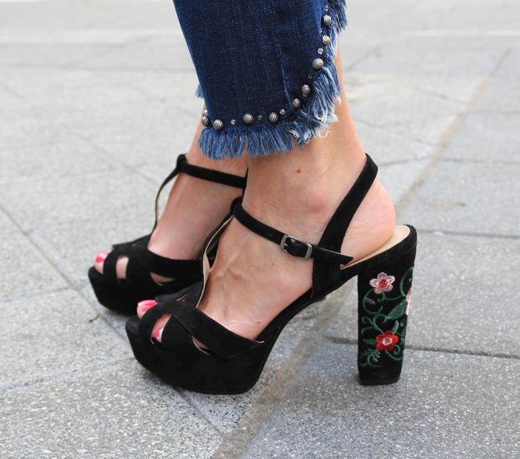 Novedad Sandalia flores negro