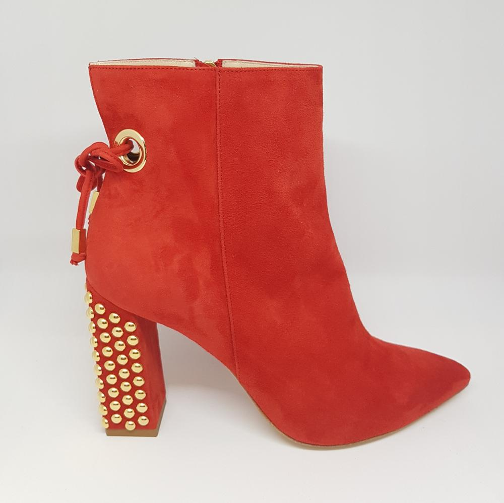 Botín rojo tachas