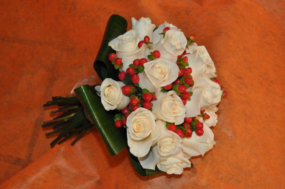 Bouquet rosas e hipericum