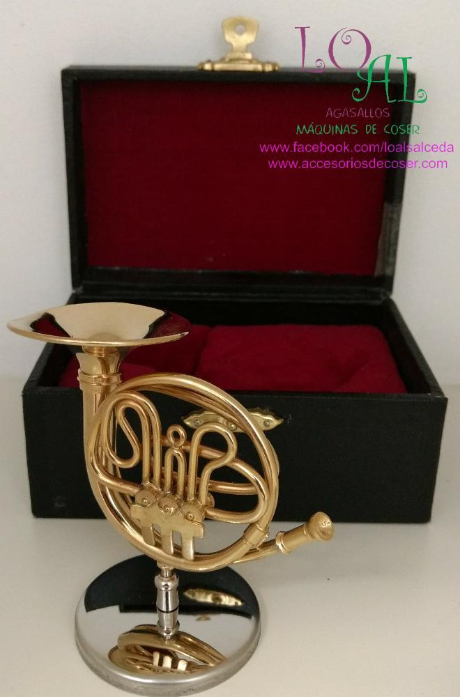 trompa en miniatura, trompa en tamaño pequeño, instrumento musical en miniatura